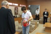 ヘルメットにサインを入れる可夢偉選手