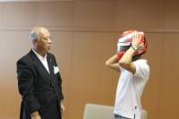 ヘルメットをかぶる可夢偉選手