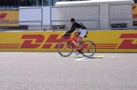 自転車で駆け抜けるミハエル・シューマッハ選手